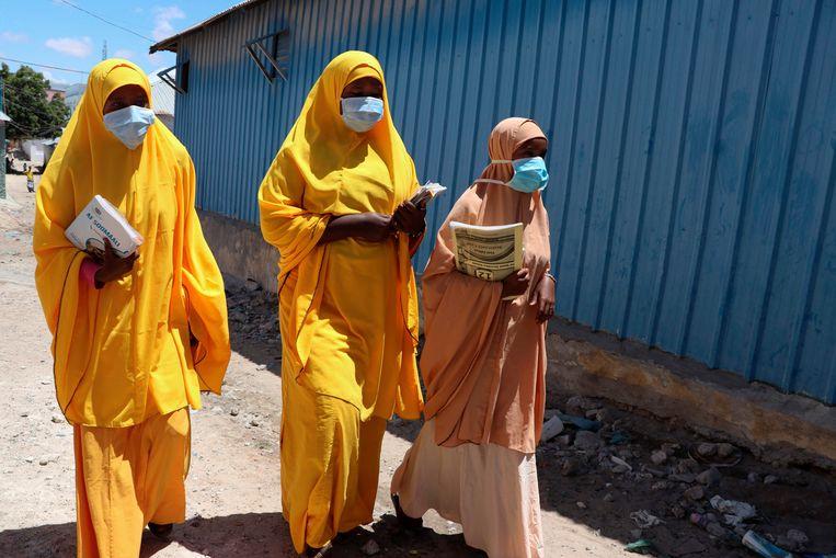 Vrouwen in de Somalische hoofdstad Mogadishu dragen een mondmaskertje tijdens de ramadan. Beeld AFP