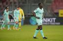 De Willem II'ers verlaten teleurgesteld het veld in Utrecht na de 3-2 nederlaag.