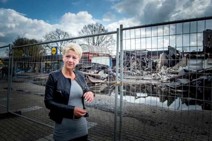 Ingrid Kruisbergen in tranen bij de puinresten kort na de brand in winkelcentrum Weezenhof. Archieffoto