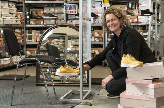 Marktkoopvrouw Monique Barink van Sjoe en Zo verkoopt tegenwoordig vanuit haar magazijn. Ze baalt, want klanten uit de Achterhoek zullen niet snel naar Haaksbergen rijden voor een paar schoenen. Zij vindt dat verkoop op de markt weer mogelijk moet zijn.
