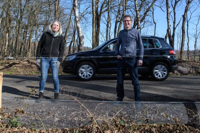 Terwijl er net een auto passeert, inspecteren Elma Bartels en Bert Nijkamp het pas geplaatste scherm, dat padden de veilige kant op moet wijzen.