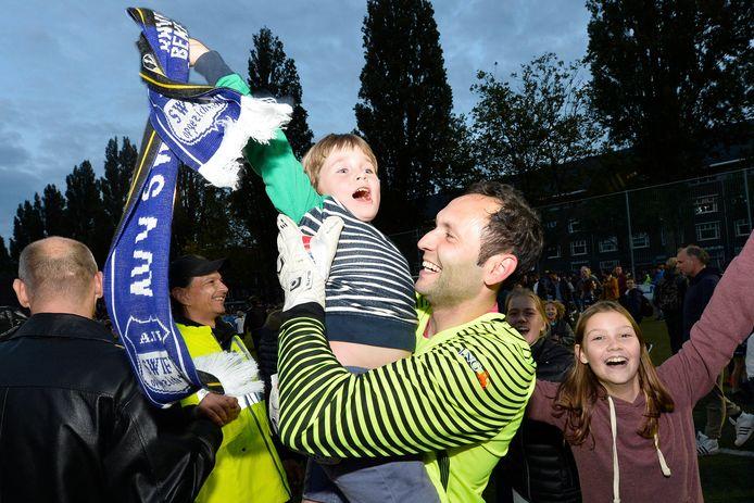 Swift-doelman Bogdan Constantin viert de bekerwinst met een jonge supporter.