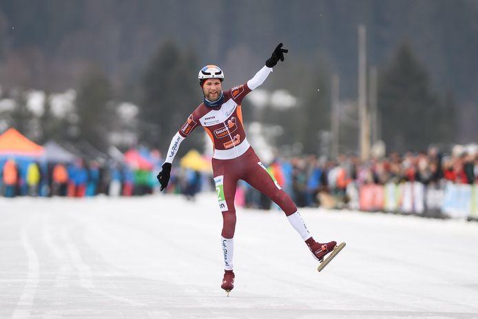 Jouke Hoogeveen wint op de Weissensee het open Nederlands Kampioenschap marathon op natuurijs.