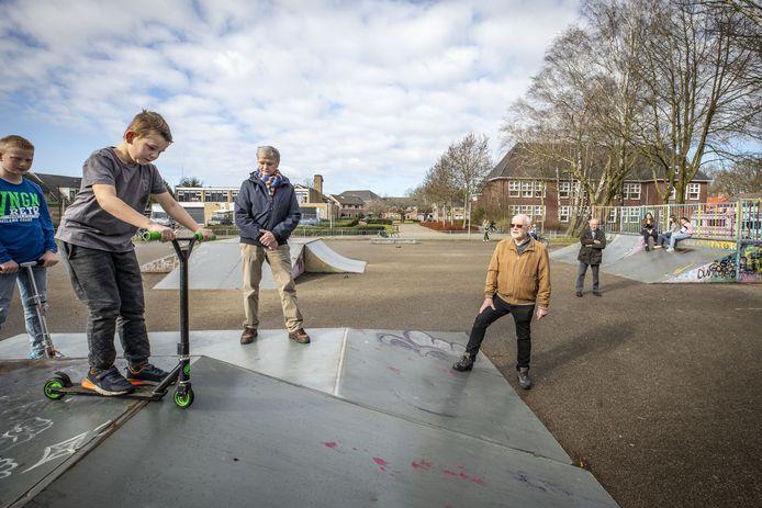 Marinus Gouma (bruine trui) en Jacob Westra (donkere jas) van Netwerk Velve-Lindenhof op de skatebaan in de Franklinstraat.
