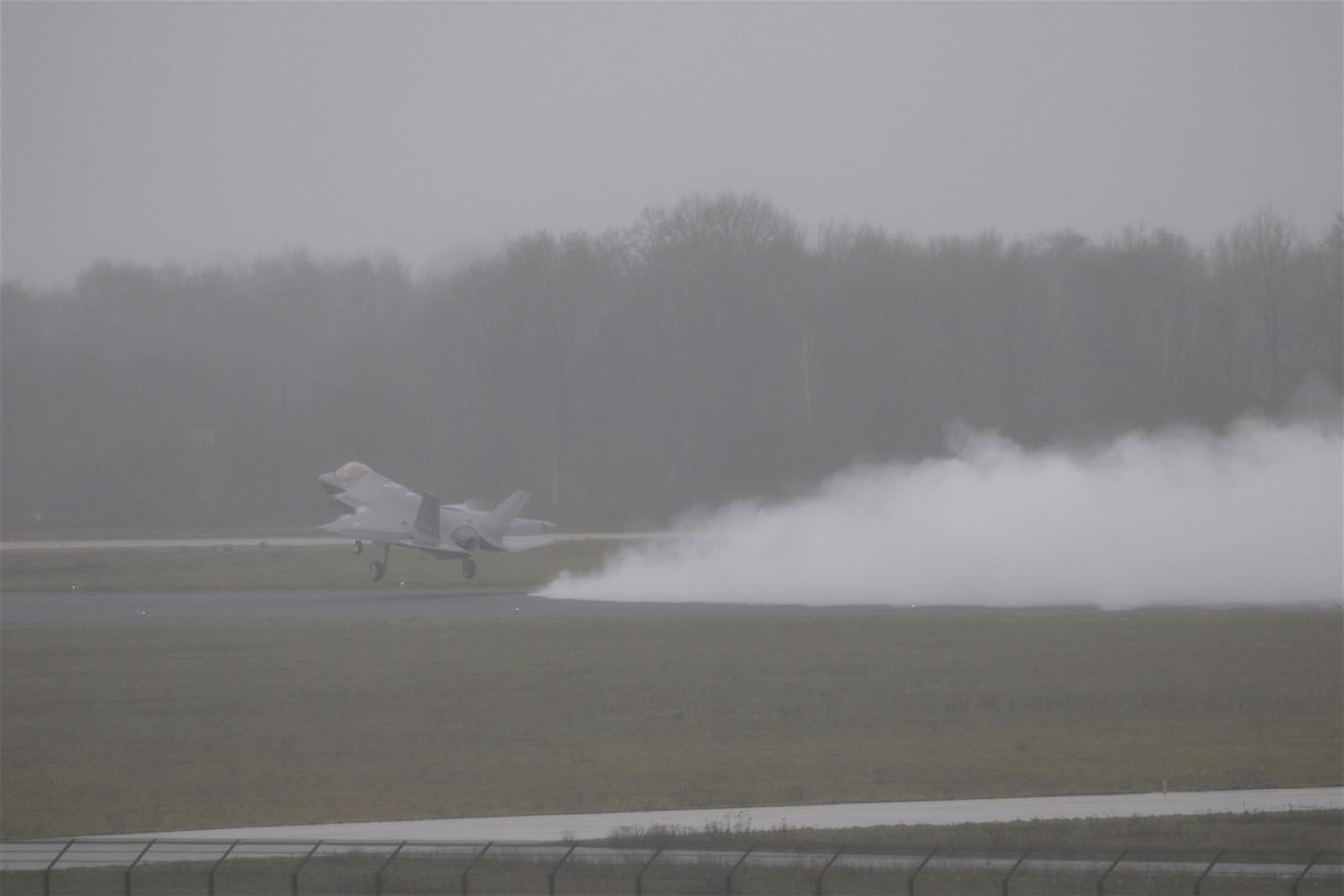 F-35 F-009 maakt doorstart op Vliegbasis Eindhoven.