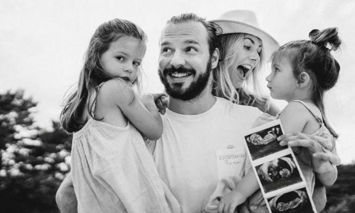 Lara samen met haar gezin en een echografie van baby Gabriel.