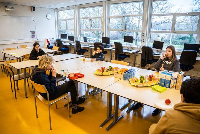 Lunchpauze voor de groep kwetsbare leerlingen op vmbo-school Maarten van Rossem in Arnhem-Zuid.
