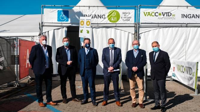 """""""Iedereen die kán komen naar vaccinatiedorp, moet dat ook doen"""": Antwerpen rolt strategie uit voor 466.000 mensen, mét bijzondere regeling voor wie minder mobiel is"""