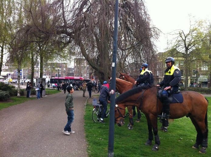 Politie te paard onderaan de Parkweg. Foto: DG