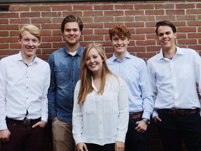 Het bestuur van de Stichting Band Battle Breda, met v.l.n.r. Stijn Valkenburg, Willem-Pieter van Vlokhoven, Songa Jansen, Tijn Hendrikx en Floris van Jeveren.