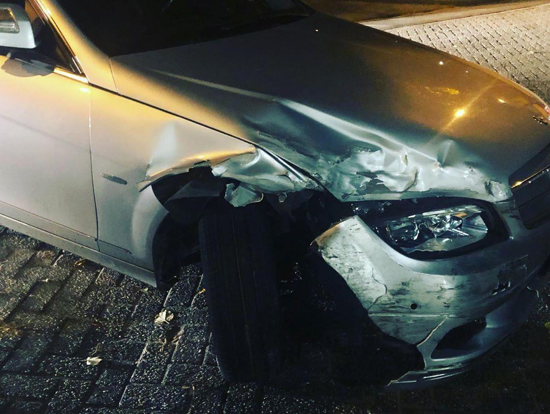 De bestuurder van een grijze Mercedes reed onder andere een paar bomen aan in Nijmegen.
