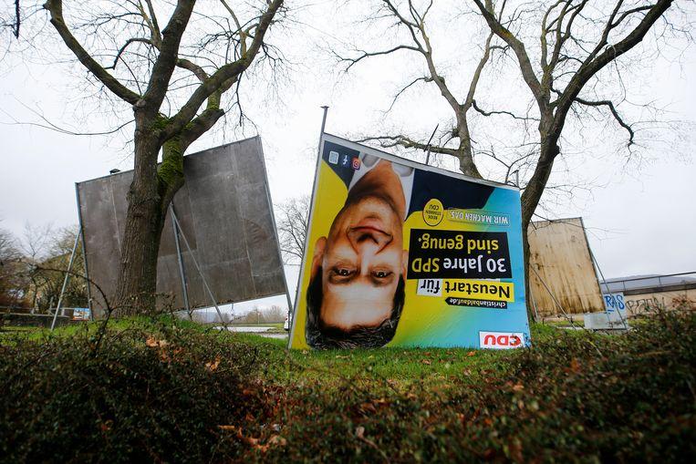 Een omgevallen banner van CDU-kandidaat Christian Baldauf  Beeld REUTERS