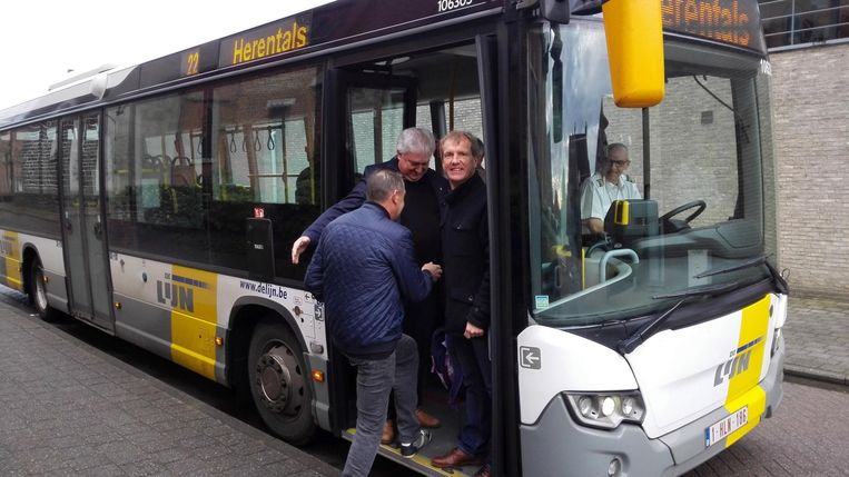 Burgemeester Jan Bertels en schepen Jan Michielsen nemen samen met enkele reizigers de bus in Morkhoven.