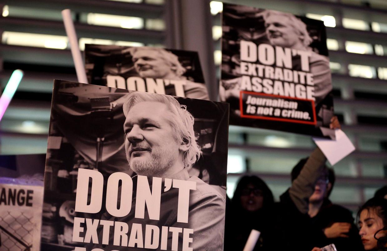 Manifestanten in Londen vragen dat WikiLeaks-klokkenluider Julian Assange niet uitgeleverd wordt aan de VS. Beeld Photo News
