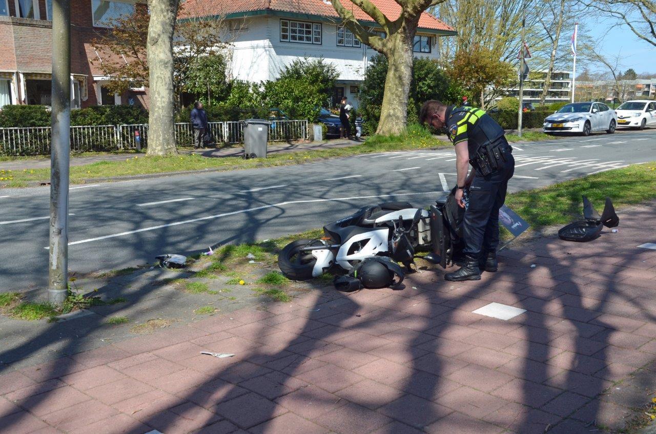 De scooterrijder raakte gewond na een botsing met een paal.