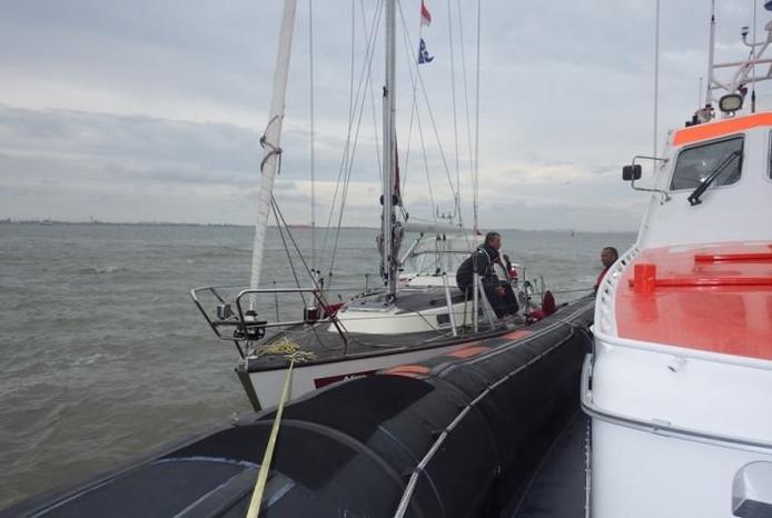 Het jachtje ligt langszij bij reddingsboot Koopmansdank.