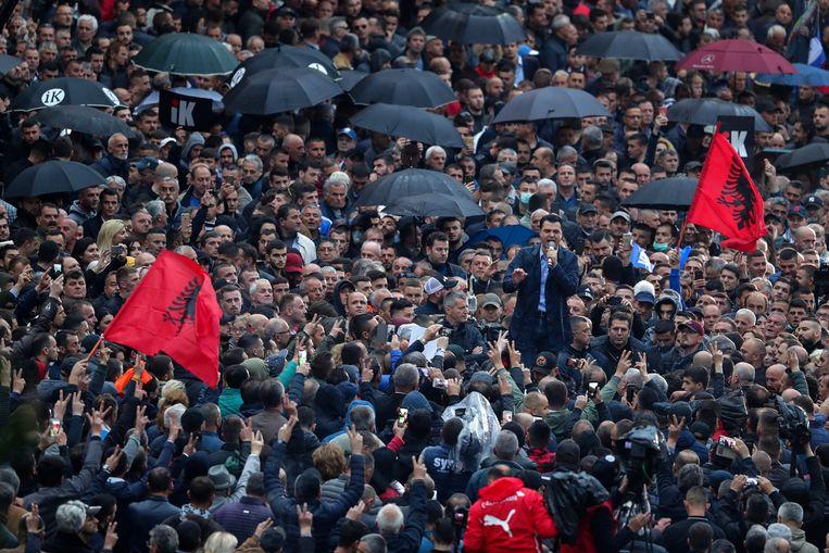 Oppositieleider Lulzim Basha spreekt tijdens een protest in Tirana tegen de regering de demonstranten toe.  Beeld AP