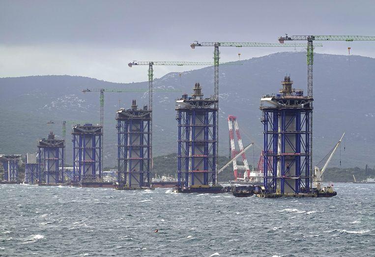 De met belastinggeld betaalde Pelješacbrug in Kroatië wordt door een Chinees bedrijf gebouwd. Beeld Hollandse Hoogte / EPA