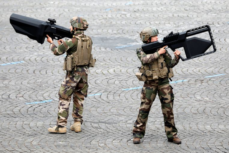 Franse militairen demonstreren in Parijs antidronegeweren tijdens de jaarlijkse militaire parade op 14 juli, de nationale feestdag.  Beeld Charles Platiau / Reuters