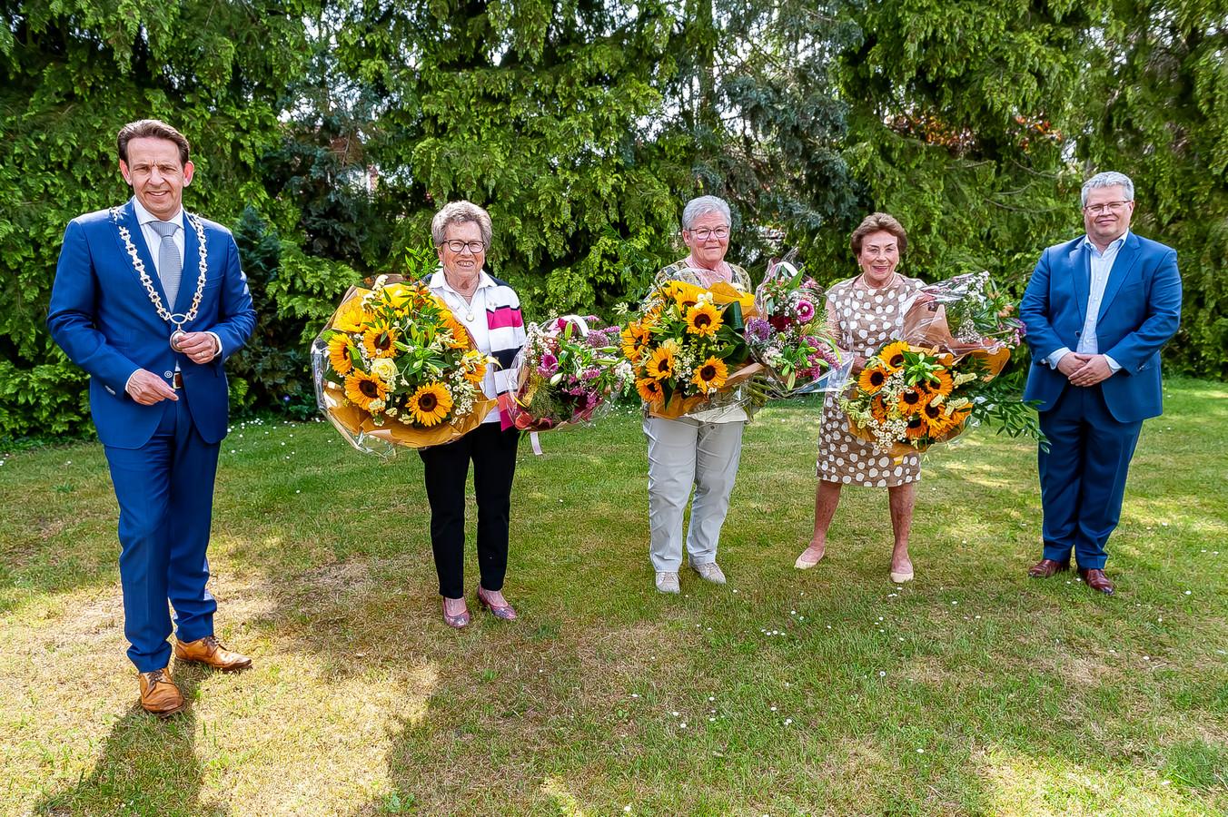 Liedje Visschers, Miets van Weert en Lies Staals met burgemeester Van Kessel (l) en wethouder Lemmen.