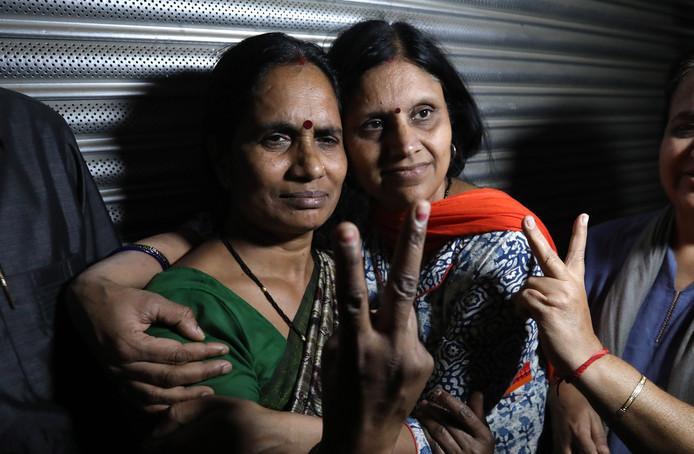 Asha Devi (à gauche), mère de la victime Jyoti Singh.