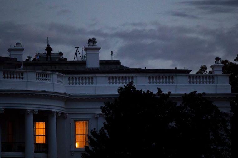 Licht in de slaapvertrekken van de Trumps. Hij staat elke ochtend om halfzes op, kijkt naar het nieuws op CNN en zapt daarna naar Fox om inspiratie op te doen voor tweets. Beeld NYT
