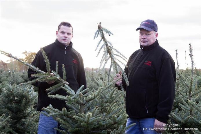 Brandon en Hans Elferink tussen de bomen, waarvan een deel al snel bij onder meer bouwmarkten in de verkoop zou gaan.