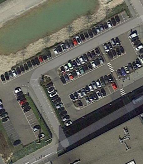 Auto belandt op trap parkeerterrein ziekenhuis Heerlen na ontwijken tegenligger