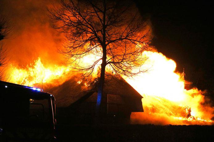 De vlammen slaan hoog uit de boerderij.