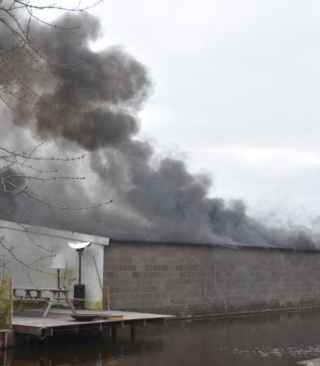 Beperkt asbest vrij bij grote brand in garageboxen in Boskoop