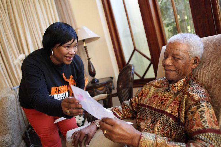 Zindzi Mandela met haar vader Nelson in 2010. Beeld EPA