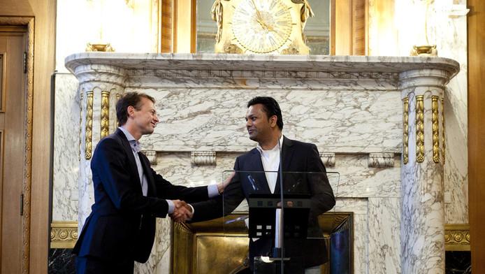 Marco Florijn (links) en PvdA-fractievoorzitter Richard Moti in 2011 in het Rotterdamse stadhuis.