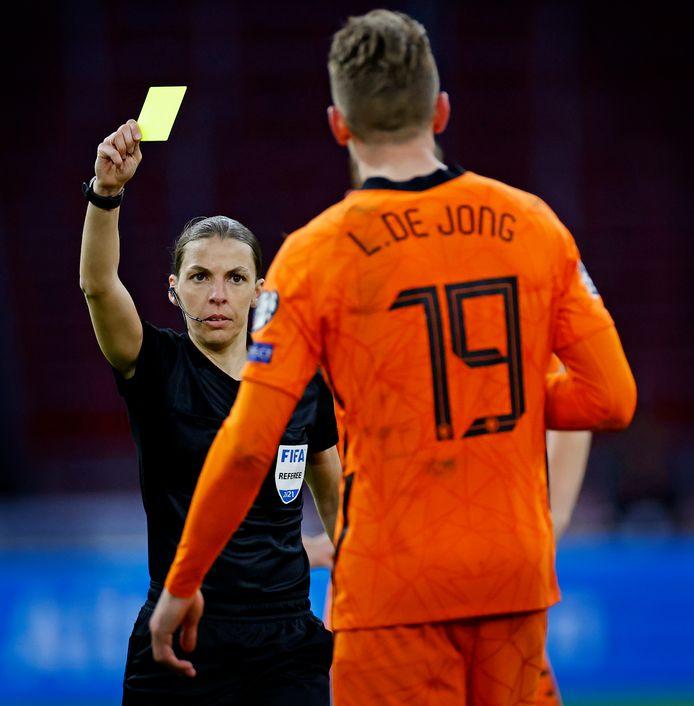 Stéphanie Frappart trekt geel voor Luuk de Jong in het duel met Letland.