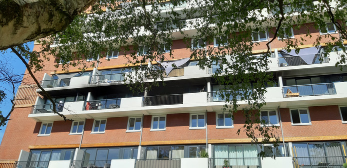 De Jan Wiegersflat, met in het midden het uitgebrande appartement.