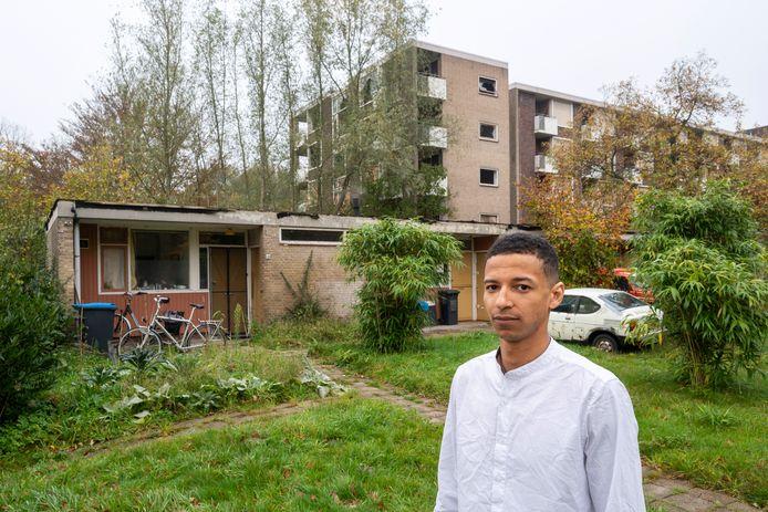 Cesary Beresford voor zijn appartement (links), dat deel uitmaakt van de ruïnes van het bejaardenhuis Rhederhof.
