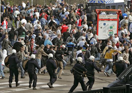 2007: De ME voert voor de Kuip een charge uit op onrustige Feyenoordfans.