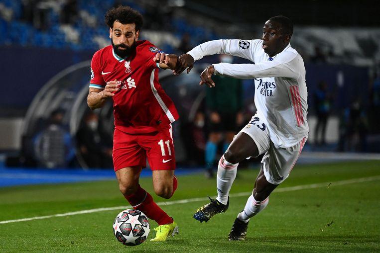 Liverpoolspits Mohamed Salah in duel met Ferland Mendy van Real Madrid. Beeld AFP
