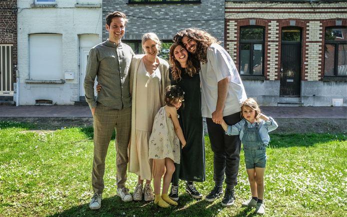 Harry en Jerina uit 'Huis Gemaakt' met hun kindjes en initiatiefnemers van de crowdfunding Marnik en Dorien