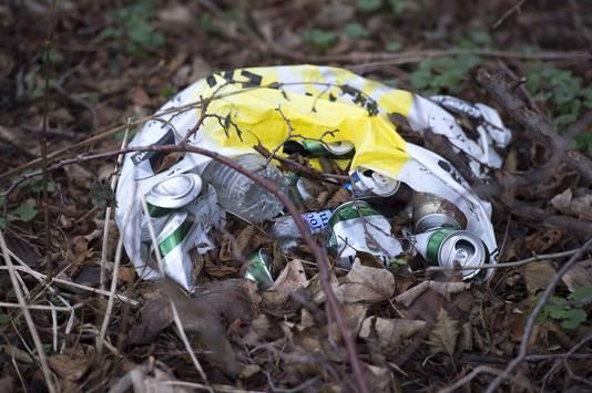 Stropers, oplichters en mensen die willen feesten met drank en drugs (de bierblikjes liggen er nog) gaan er - buiten het zicht van de politie - hun gang. Zo ook de Antwerpse club van snorrendragers, één week per jaar.