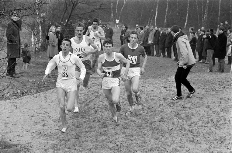 Haico Scharn (135) aan kop bij de Nederlandse crosskampioenschappen 10.000 meter in 1968 in Helmond. Jan Zijderlaan (549) won de wedstrijd, Scharn werd tweede. Beeld  ANP
