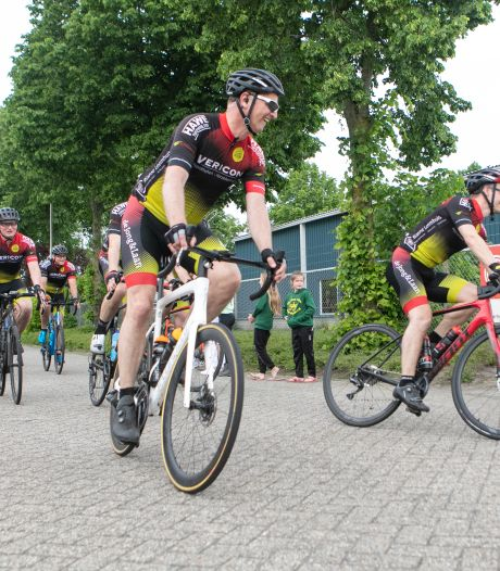 Groep fietsers uit Hardenberg rijdt 200 kilometer als voorproef op Alpe d'HuZes