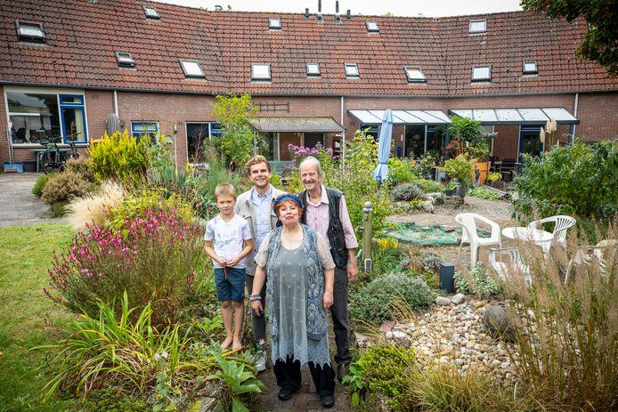 Woongemeenschap Onder de Linden viert Nationale Burendag. De woongroep bestaat inmiddels 30 jaar, met de bewoners Teun Smeeman, Syl Slatman, Marjan Kremers en Henk Gotlieb (van links naar rechts).
