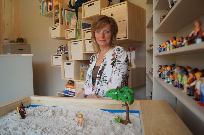 Vaak wordt er in de zandbak gespeeld met de kinderen, als deel van de therapie. Door de kinderen te zien spelen en vragen te stellen over het spel komt Leen te weten hoe ze zich voelen.