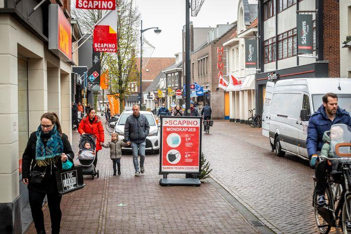 Winkelend publiek in het centrum van Gemert.