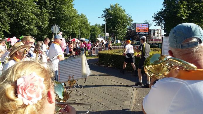 Een van de vele muziekgroepen langs de Vierdaagseroute in Druten.