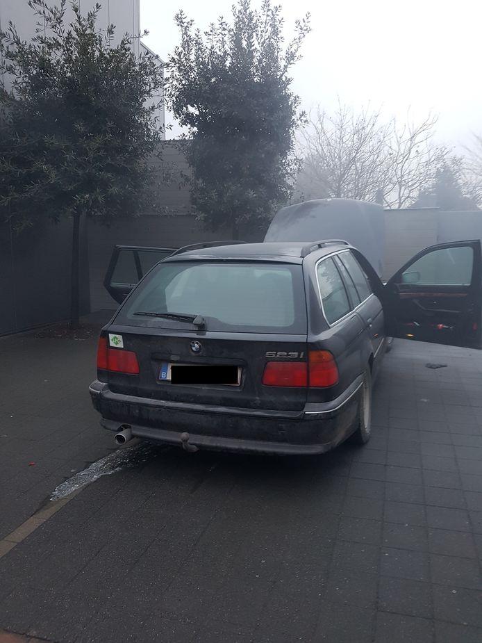 De BMW vatte vuur op de parking van een apotheek in Meulebeke. Dat zorgde nogal voor wat rook.