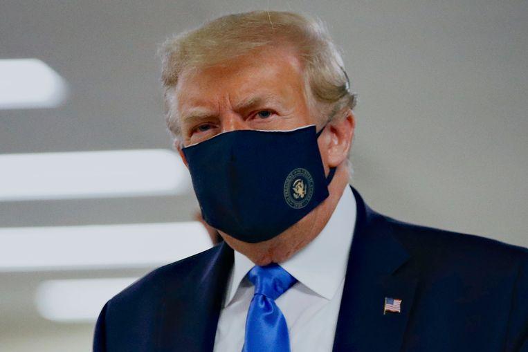 President Trump met mondmasker tijdens een bezoek aan het nationale militaire ziekenhuis Walter Reed in Bethesda, in de Amerikaanse staat Maryland. Beeld AP