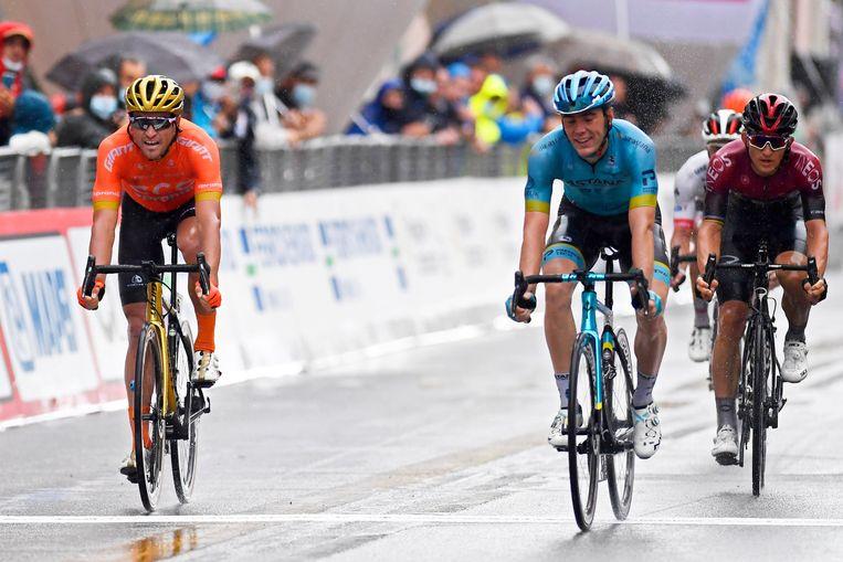 Alex Aranburu (midden) is net iets sneller dan Van Avermaet op de lijn. Kwiatkowski wordt vierde in de race. Beeld Photo News