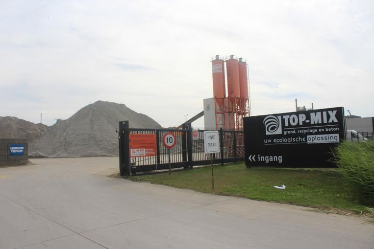De site van recyclagebedrijf Top-Mix langs de Oudenburgsesteenweg, waar het dodelijk ongeval gebeurde.