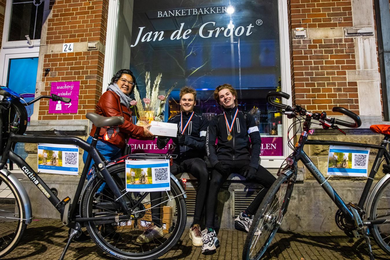 Sam Menius (r) en Dennis Smit vertrokken om 05.00 uur vanuit Heereveen met de fiets om geld op te halen voor het Diabetes Fonds. Listy Groenland overhandigde gebak.